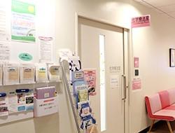 化学療法室入口前